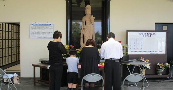 霊廟や納骨堂でのお墓参り。親族が集まる際の3つの手順