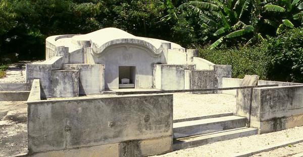 沖縄の門中墓での納骨式。本州出身者が驚く5つの風習とは